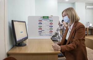 Медики ЛНР проголосовали на выборах в Госдуму в одном из луганских инфоцентров