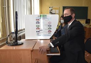 Глава администрации Брянки принял участие в голосовании на выборах в Госдуму