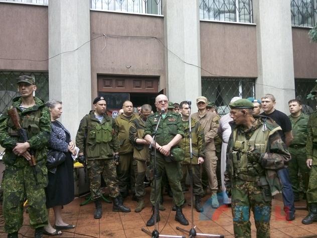 Сослуживцы и жители Алчевска прощаются с Алексеем Мозговым и его боевыми товарищами, 27 мая 2015 года,