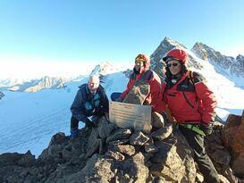 Альпинисты ЛНР установили памятную табличку на пике Краснодонцев в Приэльбрусье