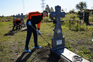 Молодежь благоустроила безымянные могилы защитников ЛНР на Кировском кладбище Луганска