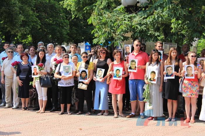 Панихида и возложение цветов в память о погибших в результате авиаудара по ОГА 2 июня 2014 года