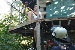 Луганские спасатели помогли подростку, застрявшему между прутьями железной лестницы – МЧС