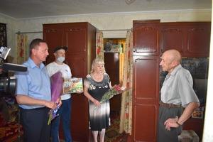 Мэр Брянки поздравил с 80-летием горожанина, родившегося в день начала Отечественной войны