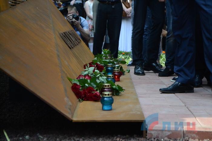 Панихида и возложение цветов в память о погибших в результате авиаудара по ОГА 2 июня 2014 годаDSC_2061.JPG