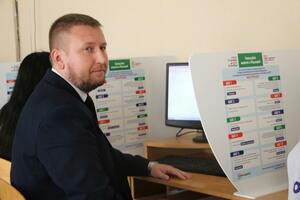 Председатель парламента ЛНР проголосовал на выборах в Думу в одном из инфоцентров Луганска