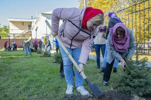"""Луганская молодежь, педагоги и депутаты посадили около 20 елей у храма """"Умиление"""""""