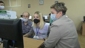 Работники образования и жители Алчевска дистанционно проголосовали на выборах в Госдуму