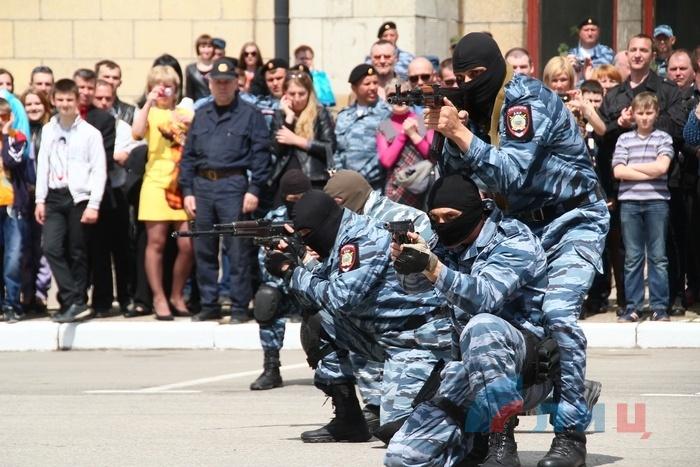 Вручение боевого знамени МВД ЛНР, Луганск, 2 мая 2015 года