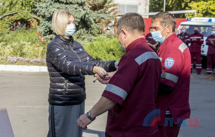 Передача ключей от автомобилей скорой помощи представителям здравоохранения регионов ЛНР, Луганск, 14 октября 2020 года