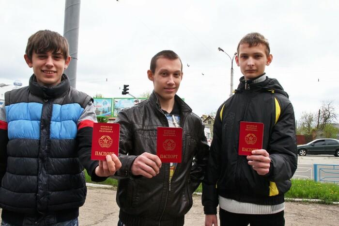 Первые десять молодых жителей ЛНР получили новые паспорта Республики
