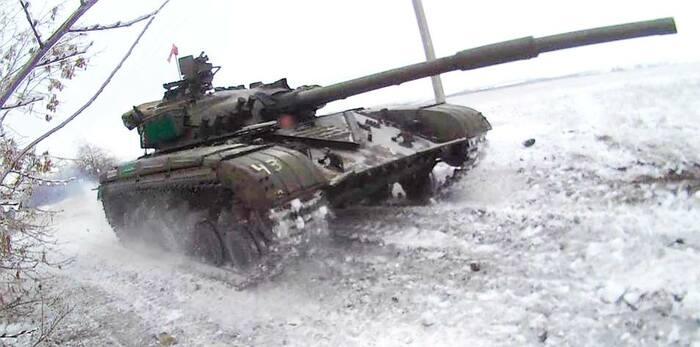 Танк отдельного механизированного батальона Народной Милиции выдвигается на позиции.jpg