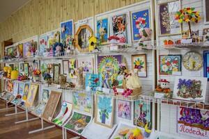 """Выставка работ детей с ограниченными возможностями """"Лучики света"""" открылась в Луганске"""