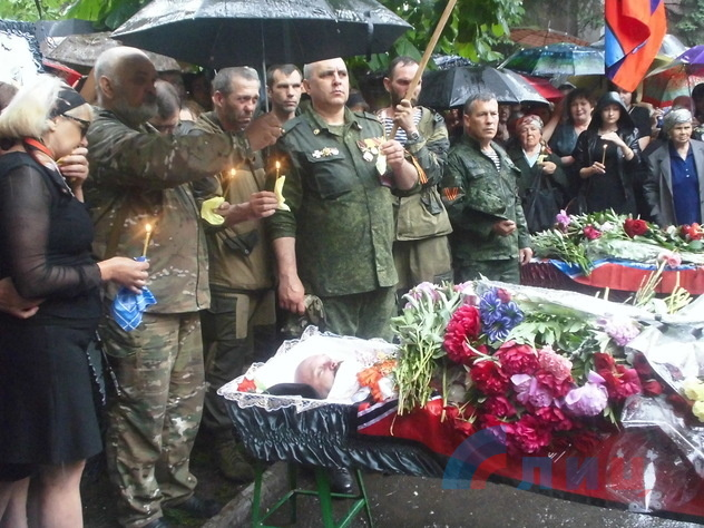 Сослуживцы и жители Алчевска прощаются с Алексеем Мозговым и его боевыми товарищами, 27 мая 2015 года
